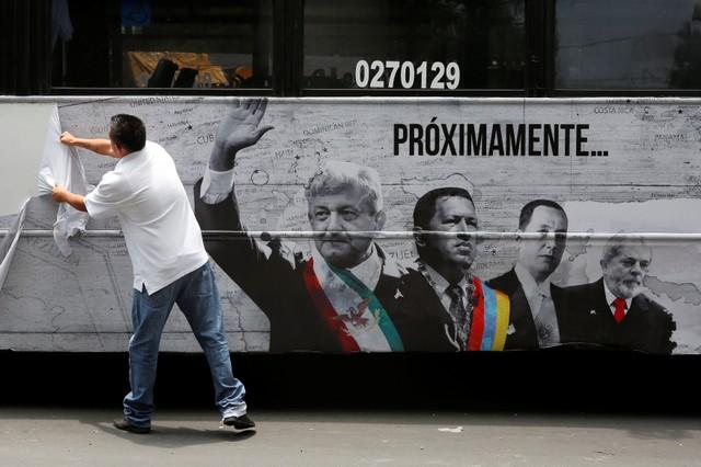Mandan al corralón a dos camiones que portaban los anuncios sobre la serie de andrés manuel lópez obrador y populismo