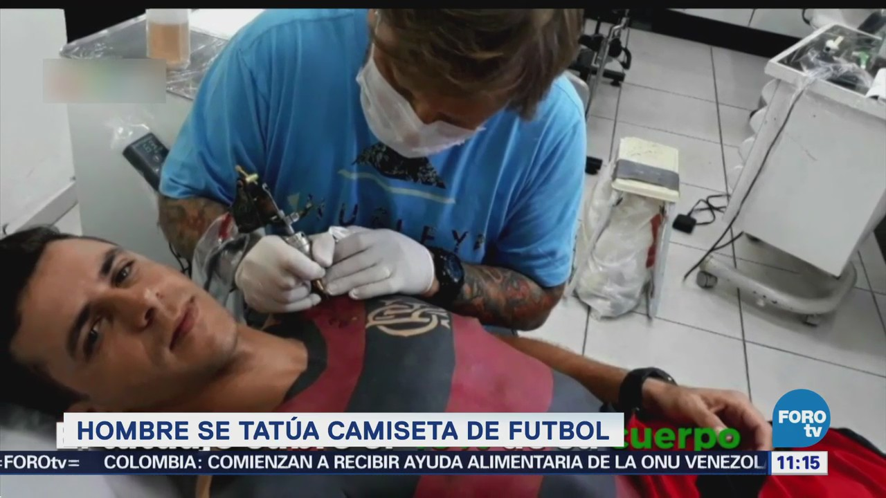 Hombre se tatúa camiseta de futbol