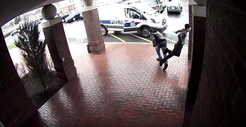 Hombre le pone el pie a un delincuente en Columbus, Ohio