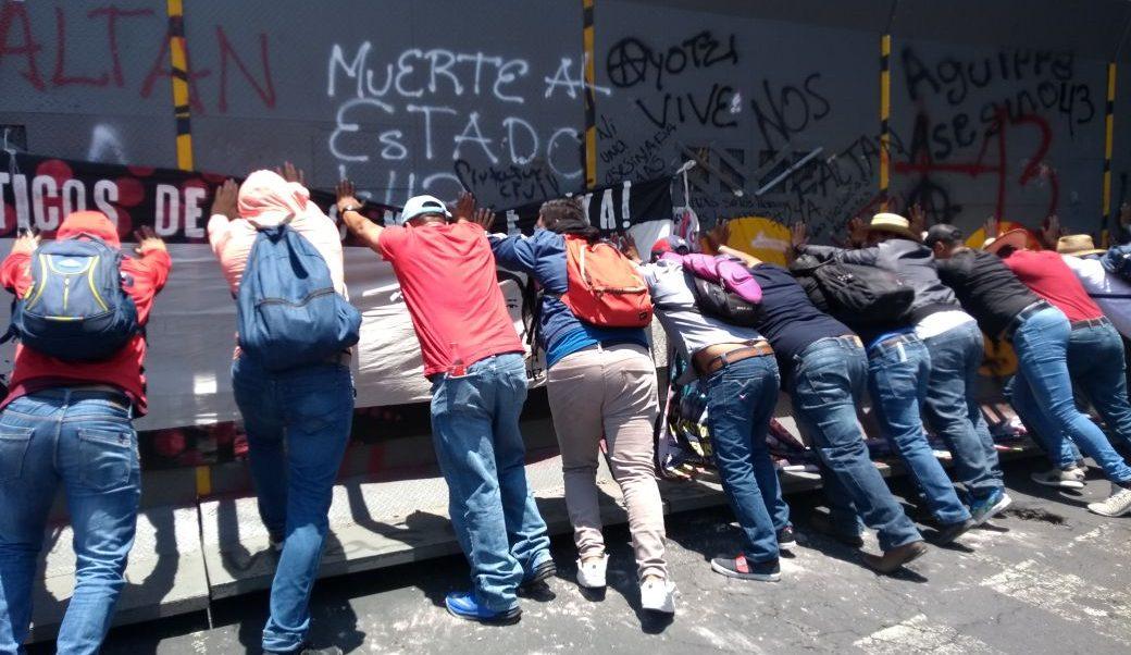 Maestros de la CNTE llegan a Bucareli, intentan desarmar valla frente Segob