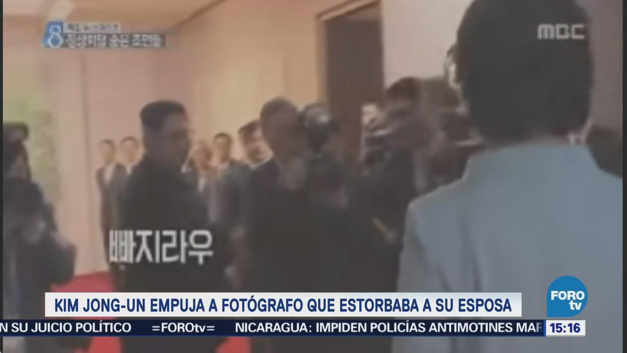 Kim Jong-Un empuja a fotógrafo que estorbaba a su esposa