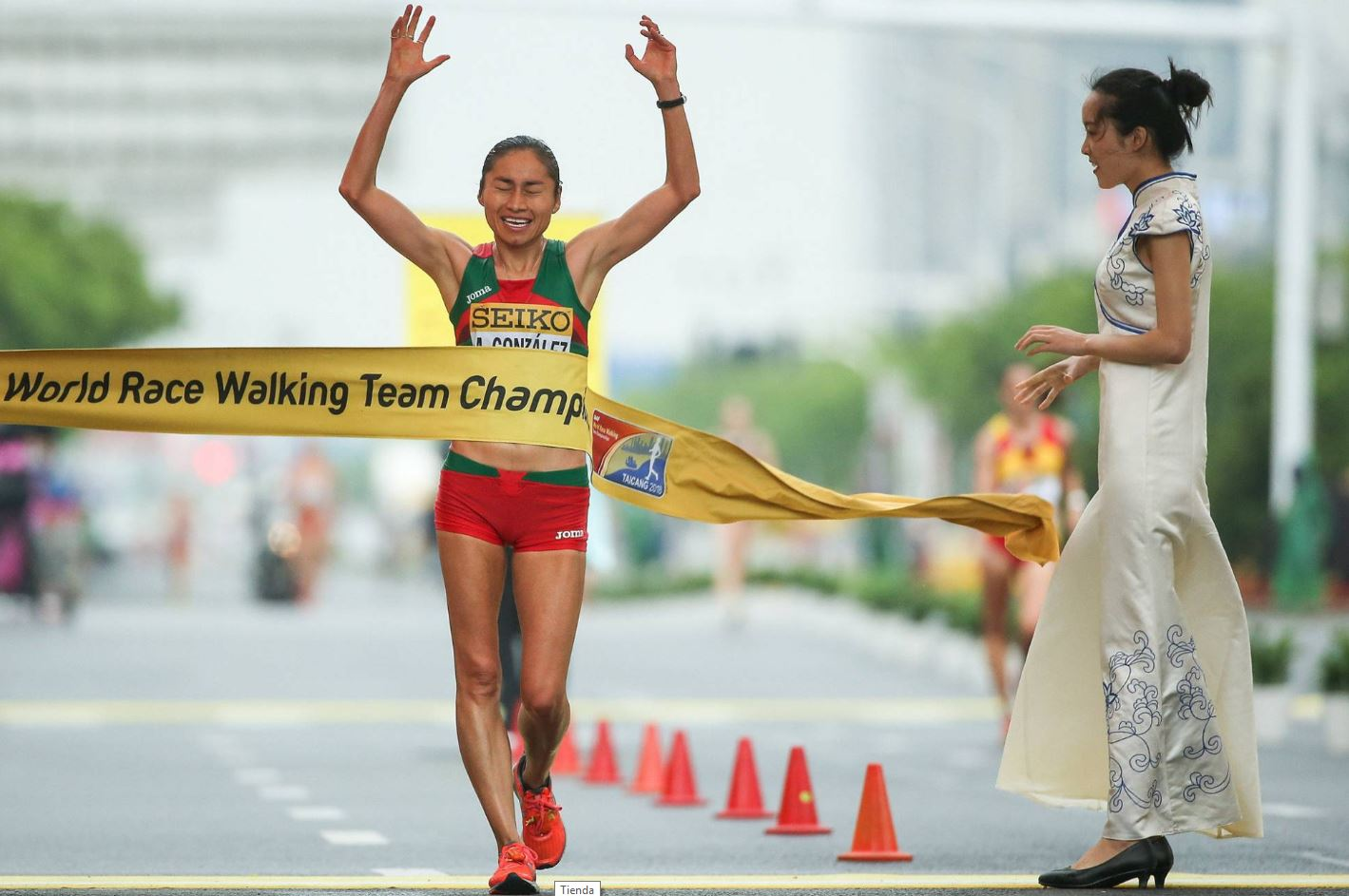 EPN felicita a 'Lupita' González por ganar oro en Mundial de Marcha