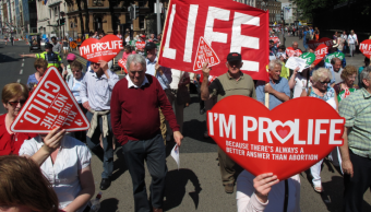 Facebook bloquea anuncios del extranjero para referéndum sobre aborto
