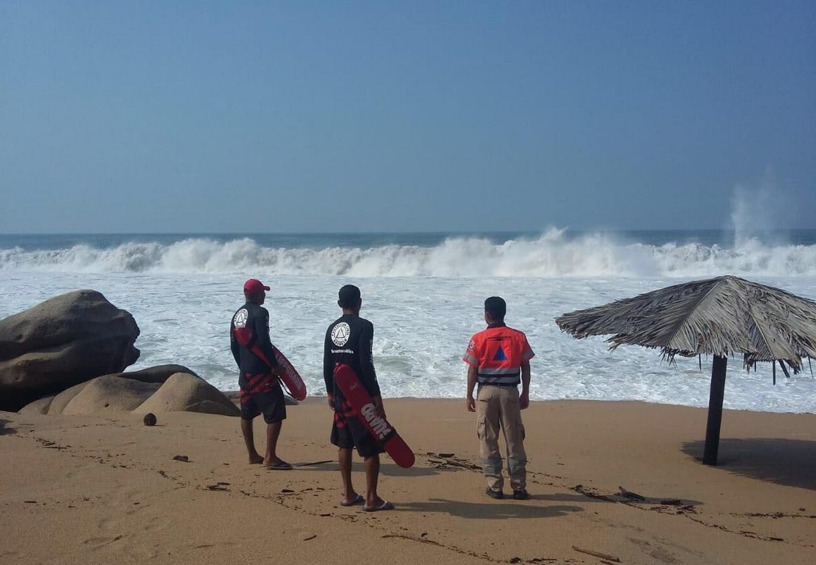Rescatan a turistas arrastrados por las olas en Acapulco