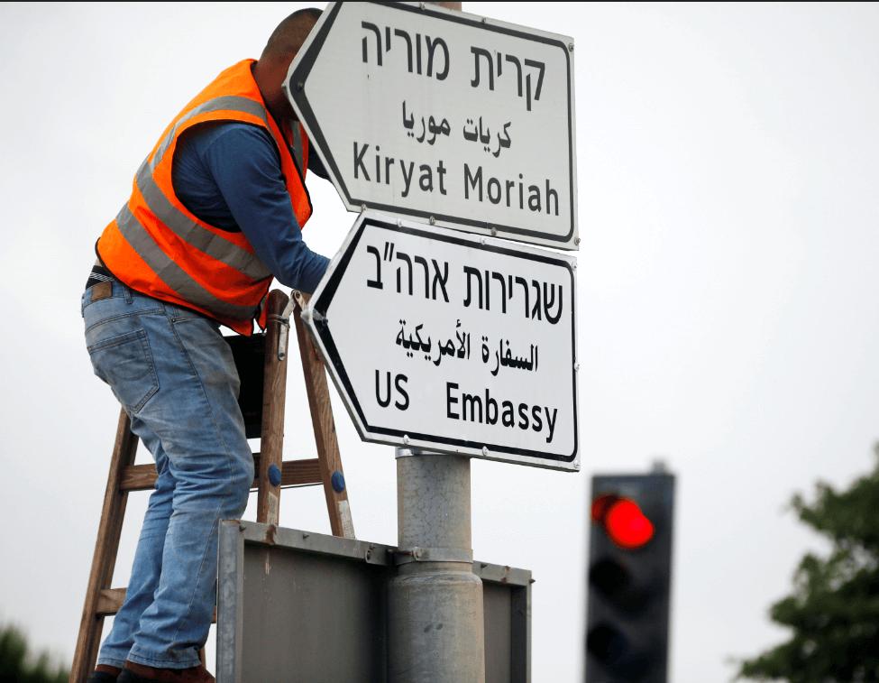 Montan senalética vial de la nueva embajada de EU en Jerusalén