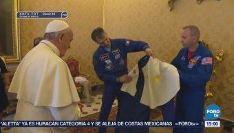 Astronautas regalan al papa Francisco un