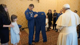 Astronautas regalan al papa un traje espacial personalizado