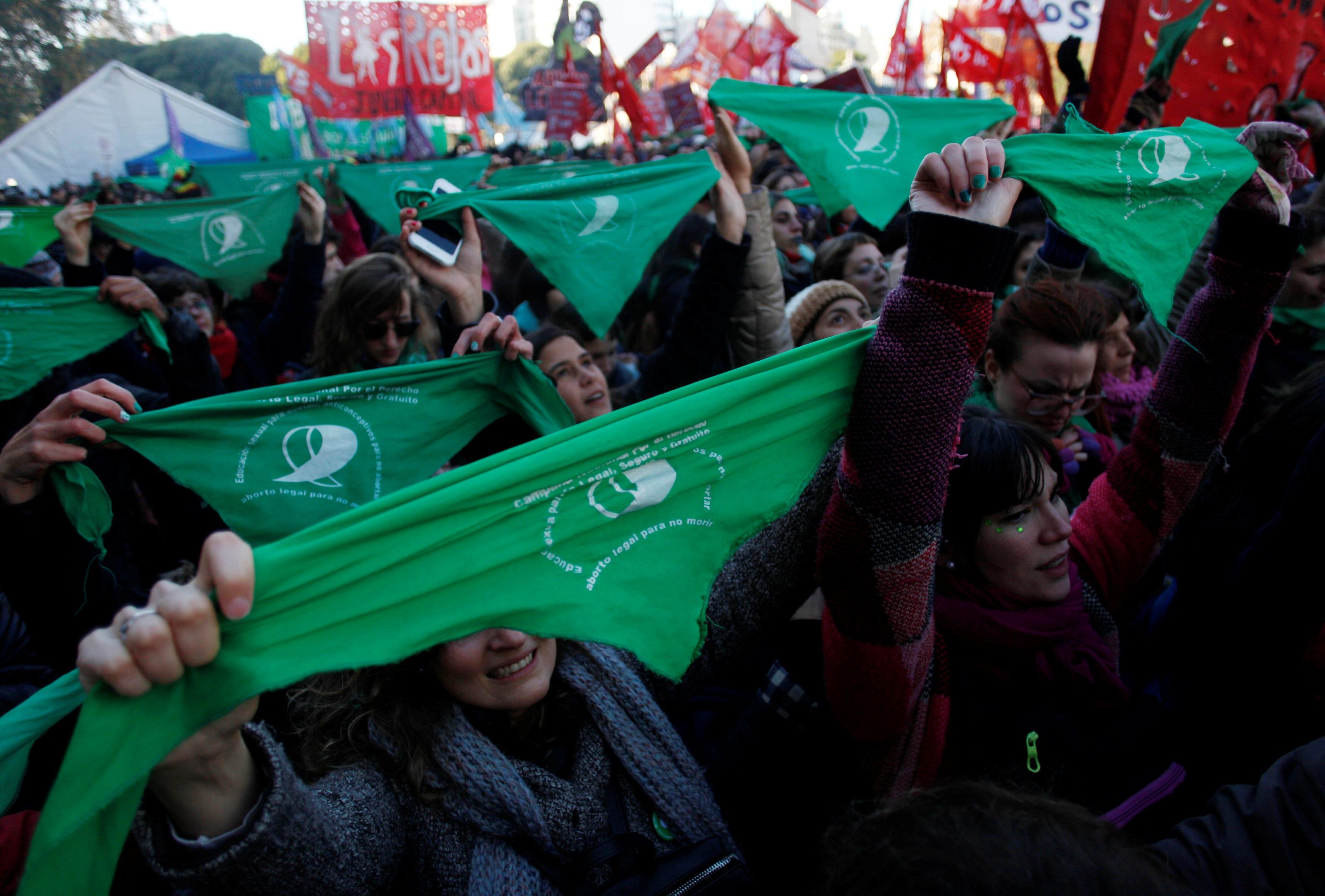 joven-manifiesta-favor-legalizacion-aborto-frente-congreso-en-buenos-aires-junio-2018