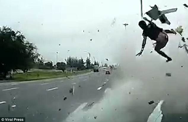 video-chofer-sale-despedido-choque-cinturon-seguridad