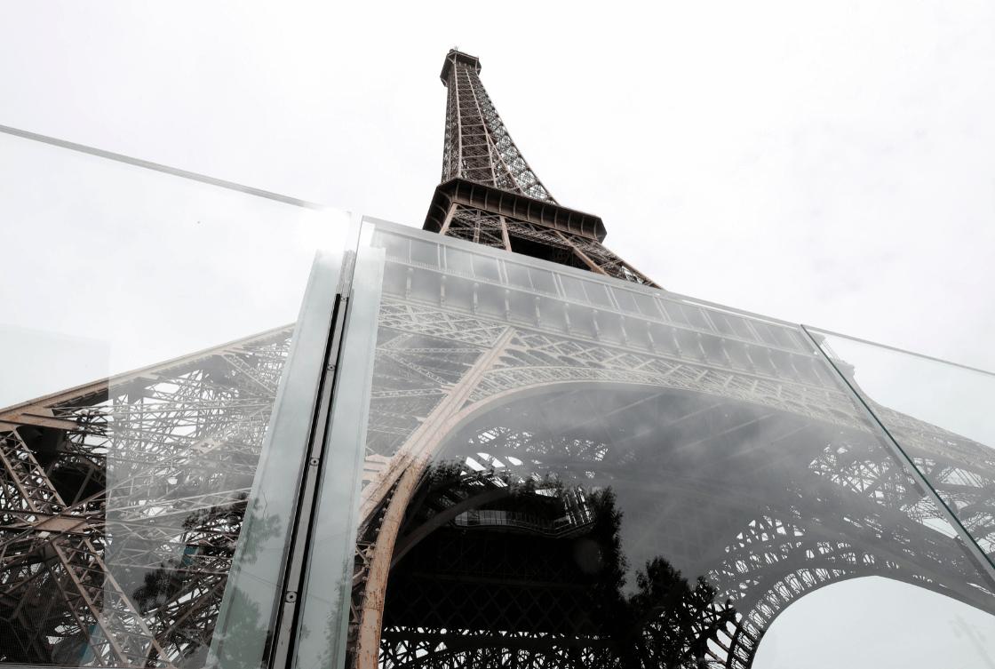 Colocan muro de vidrio en torno a la Torre Eiffel. (Reuters)