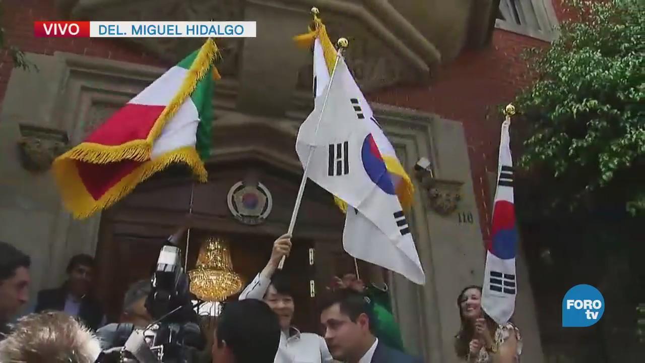 Funcionarios de la Embajada de Corea festejan con aficionados de la selección mexicana