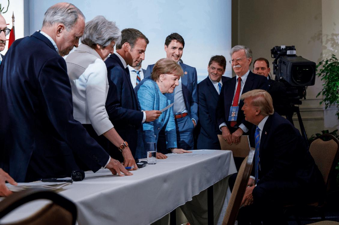 Merkel sonríe a Trump durante encuentro con líderes del G7 en Canadá. (Reuters)