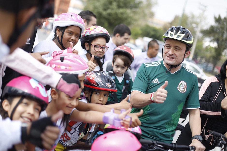 Mikel Arriola participó en rodada contra adicciones en Iztapalapa