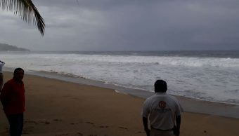 alto oleaje turistas playas acapulco guerrero