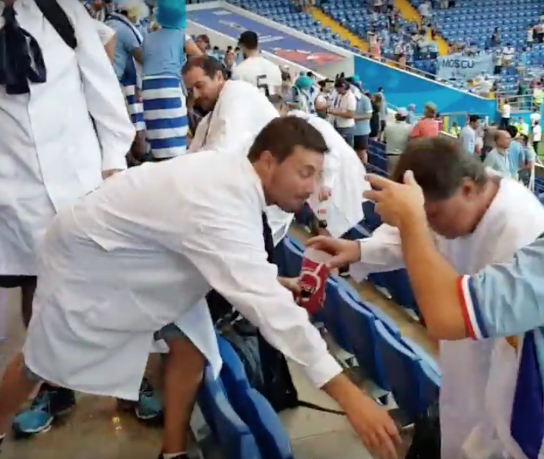 video-youtube-uruguayos-siguen-ejemplo-japon-y-limpian-estadio