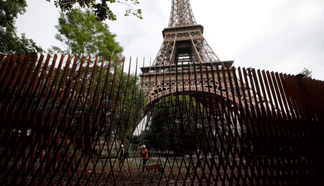 Torre Eiffel se protege con nuevo perímetro de hierro y vidrio