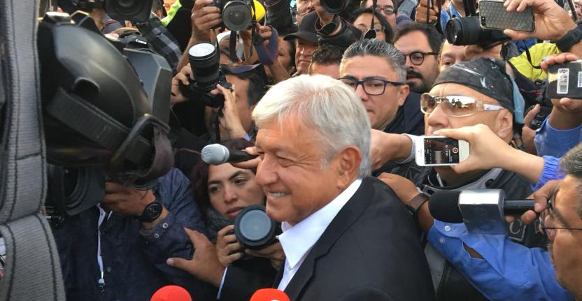 López Obrador acude a votar, pero llega antes de que instalen la casilla
