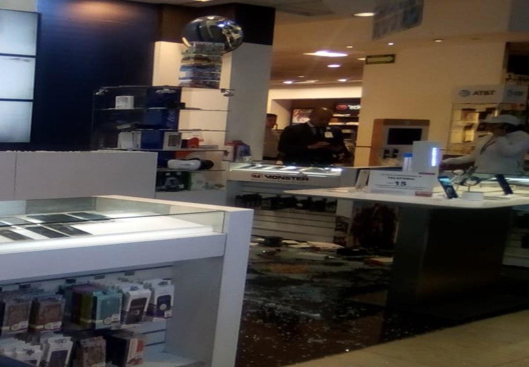 Asaltantes roban con armas de fuego varios celulares de una tienda departamental avenida Tezontle