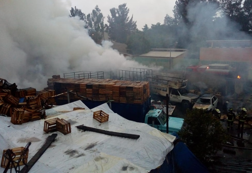 Controlado incendio bodega de huacales y cartón Iztapalapa