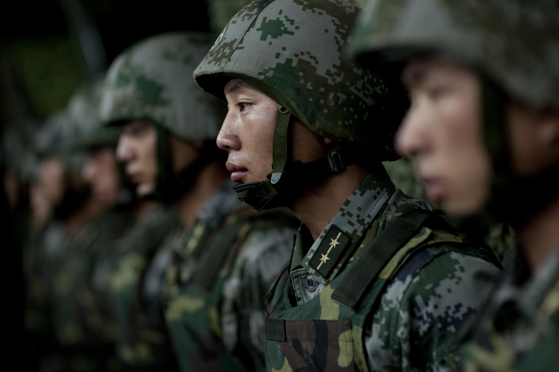 soldados-ejercito-liberacion-china-formados-uniformes-combate-pixeles-verde