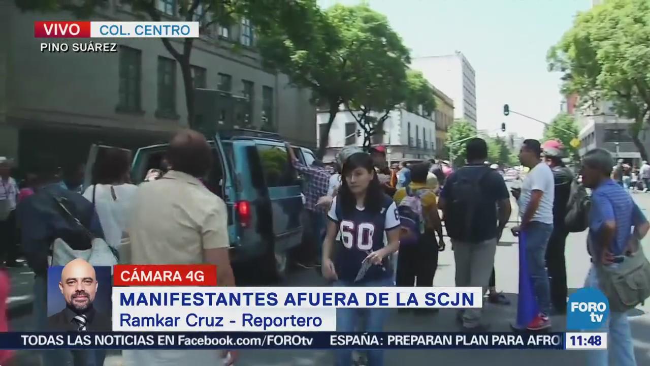 Familiares de los 43 normalistas desaparecidos realizan manifestación frente a la SCJN