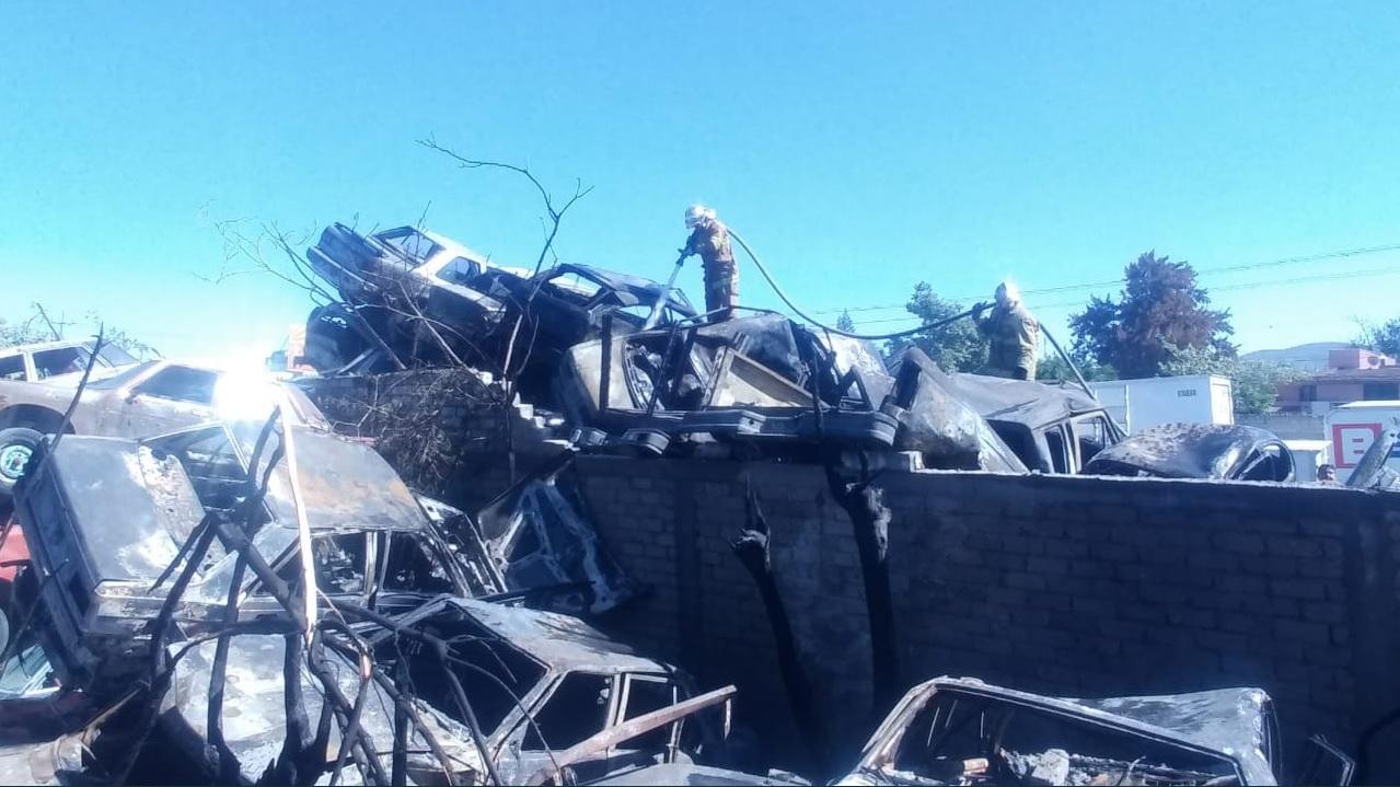 Incendio daña 297 autos en un corralón en Tehuacán, Puebla