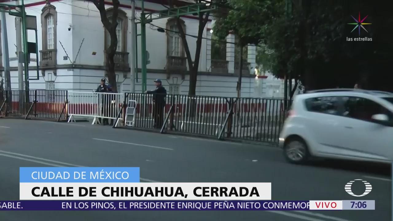 Instalan vallas en casa de transición de López Obrador