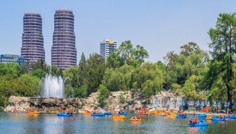 Lago del Bosque de Chapultepec recibe a turistas en vacaciones
