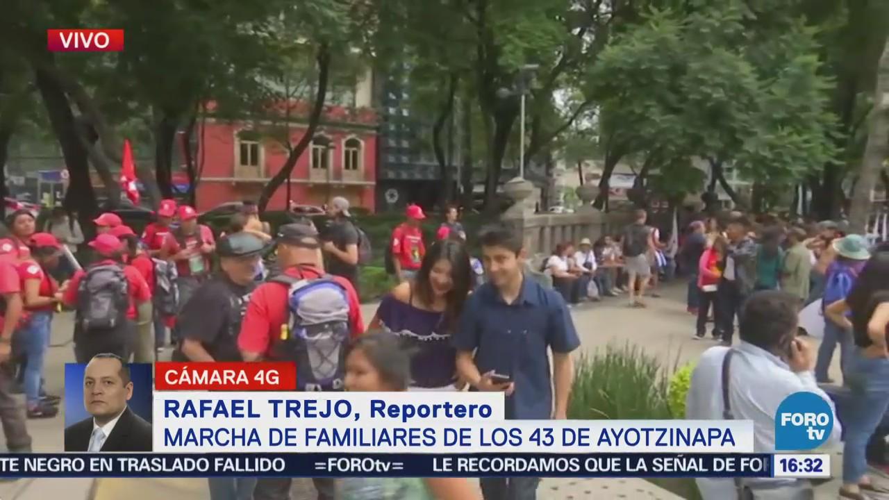 Marchan padres de los normalistas de Ayotzinapa