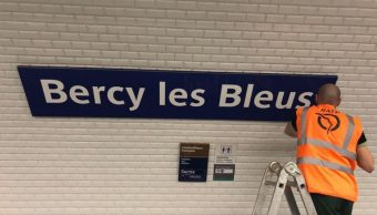 metro paris rebautiza seis estaciones honor bleus
