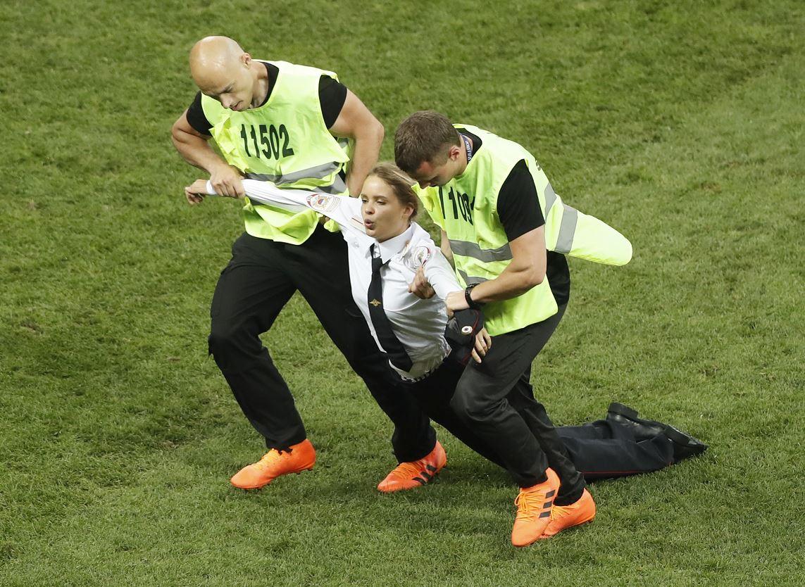 Cuatro chicas saltan al campo e interrumpen la final del Mundial