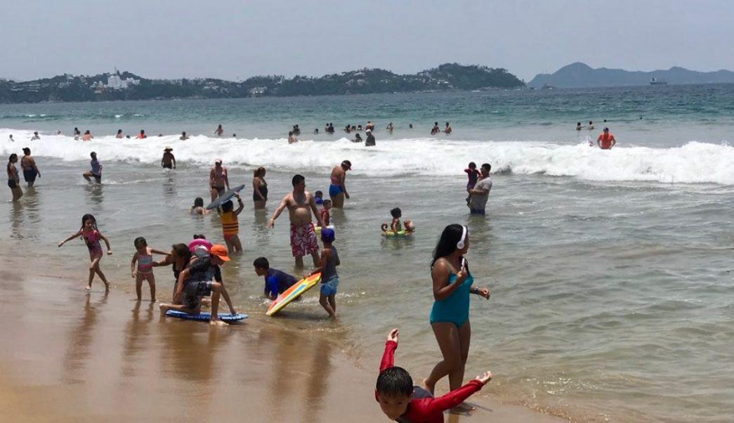 Turistas vacacionan en playas de Colima; estiman afluencia de 190 mil visitantes