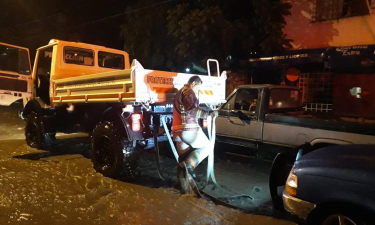Protección Civil atiende afectaciones de la tromba registrada esta madrugada en Morelia, Michoacán