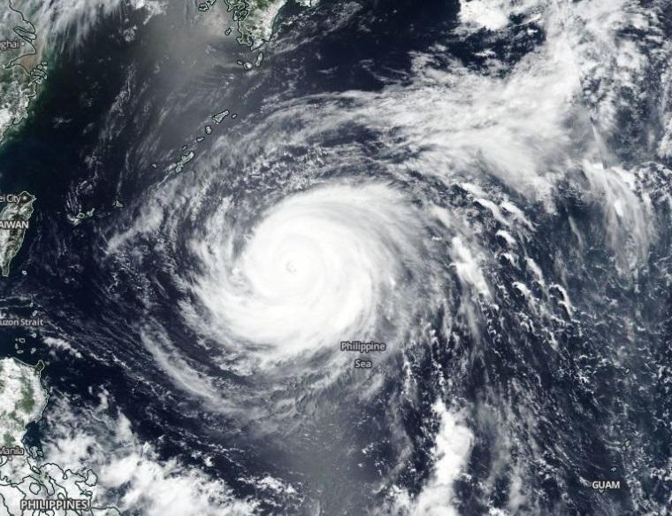 Evacuan a más de 3 mil personas en Taiwán por Tifón María