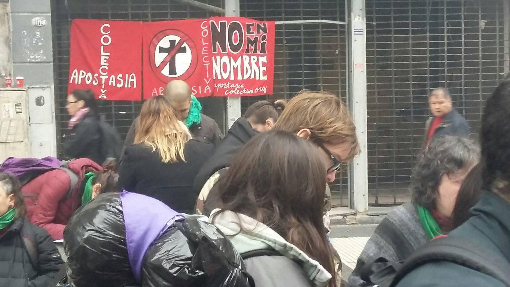 apostasia-colectiva-renuncian-iglesia-catolica-miles-argentinos