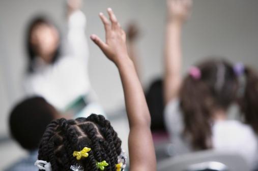 Racismo: Hombre blanco orina a niña afroamericana