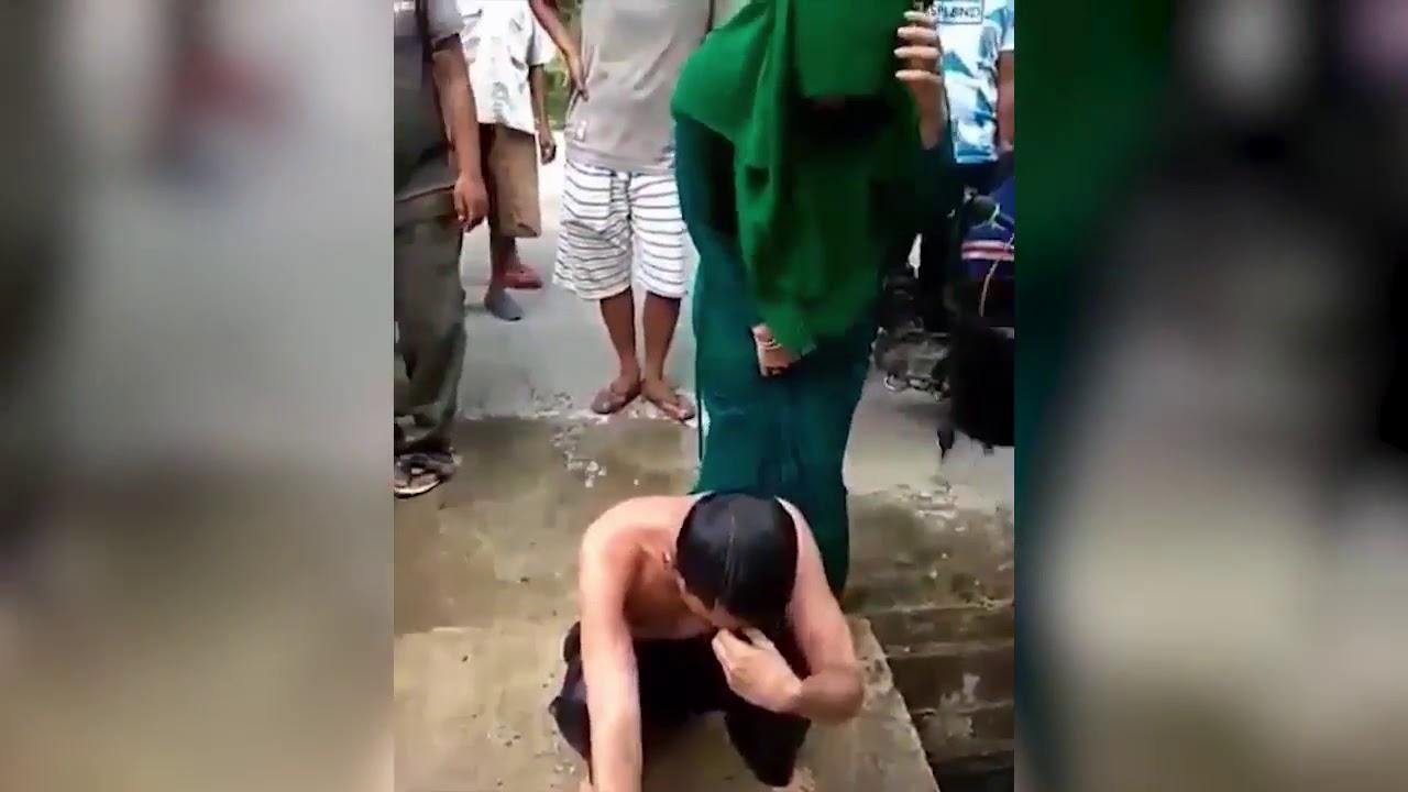 Castigan Pareja Baño Agua Residual Sexo Antes Del Matrimonio, Castigo Sexo Prematrimonial, Indonesia, Sharía, Ley Islámica, Pareja Castigada