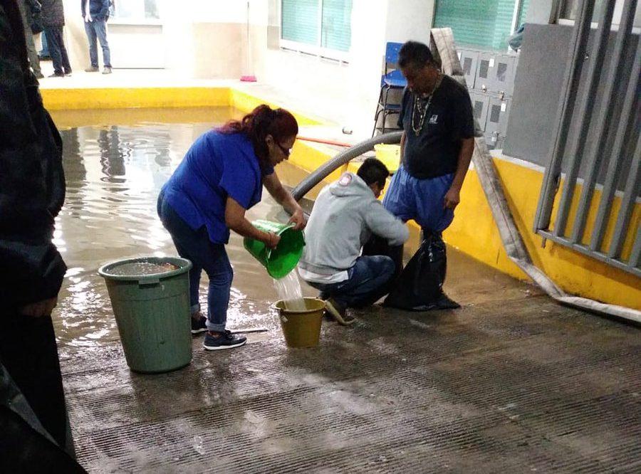 Lluvias en CDMX inundan hospital y causan deslave