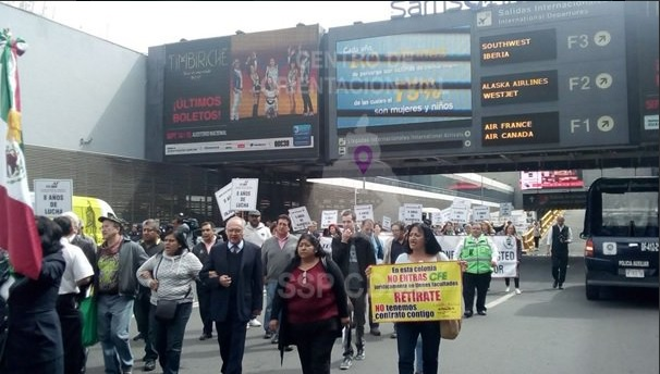 Manifestación en el AICM (Twitter @OVIALCDMX)