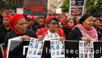 Marchan en Sudáfrica por suicidio de universitaria que había sido violada