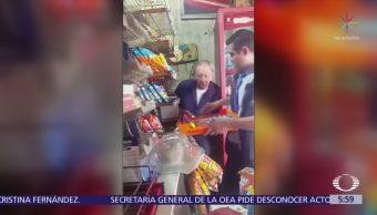 Repartidor roba mercancía en tienda de Coyoacán