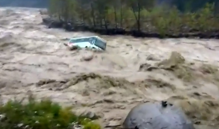 Monzón India, Autobus En India, Río, Inundaciones