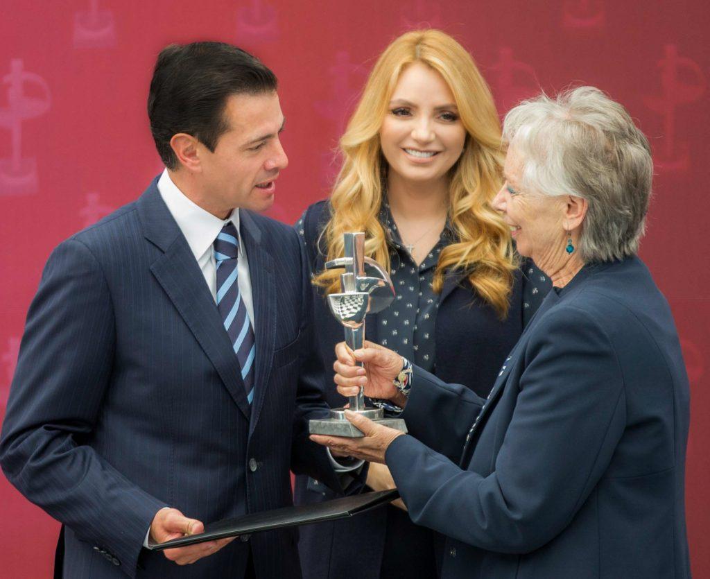 Enrique Peña Nieto entrega el premio Luz de Plata