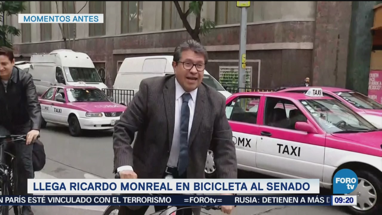 Llega Ricardo Monreal en bicicleta al Senado
