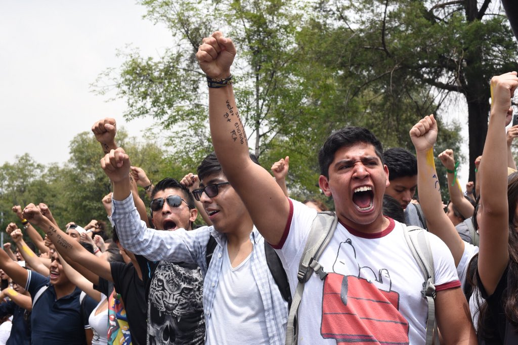 UNAM: Estudiantes marcan datos personales en sus brazos