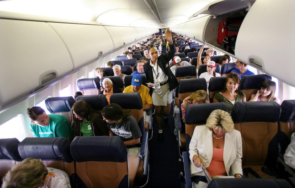 Video: Pasajero intentó abrir puerta de avión por el calor