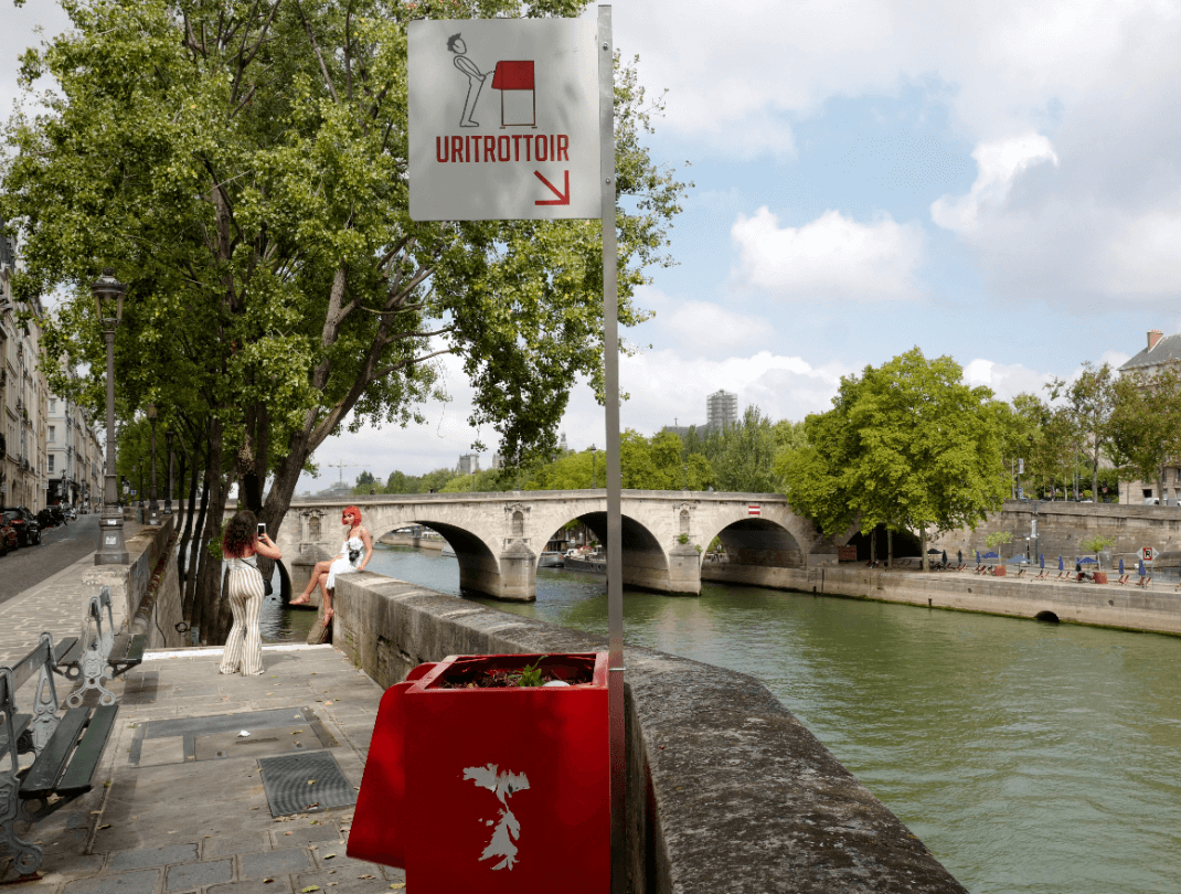 Urinarios fueron colocados en París. (AP)