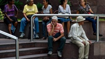 Ancianos venezolanos tardan horas para cobrar su pensión