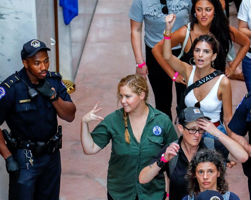 Amy Schumer y Emily Ratajkowski, detenidas en EU