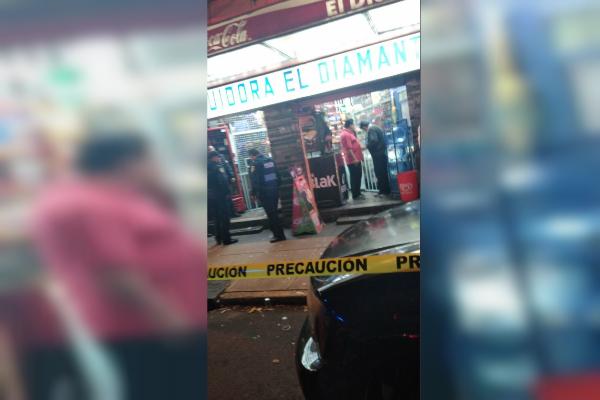 Balacera en tienda de abarrotes deja dos muertos en calzada